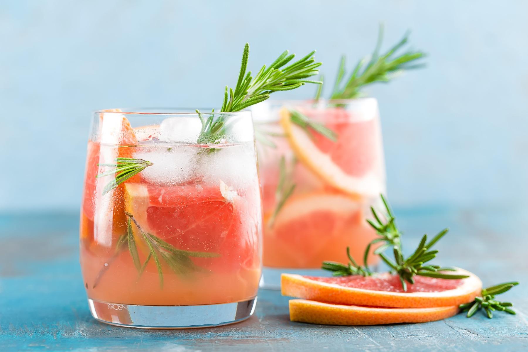PrikenTik - Bartender - Mocktail met pompelmoes en rozemarijn