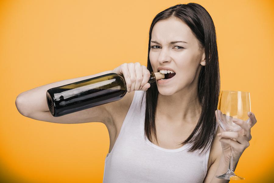 Prik&Tik - Wijnhack - Hoe open je een fles zonder kurkentrekker?
